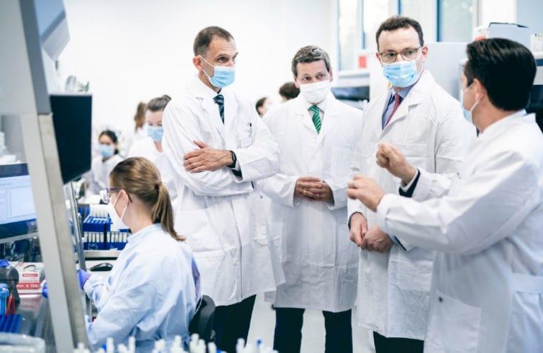 Bundesgesundheitsminister Jens Spahn zu Gast im Labor Bioscientia © BMG/Photothek, Alexander Heinl